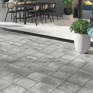 pavimento exterior metal